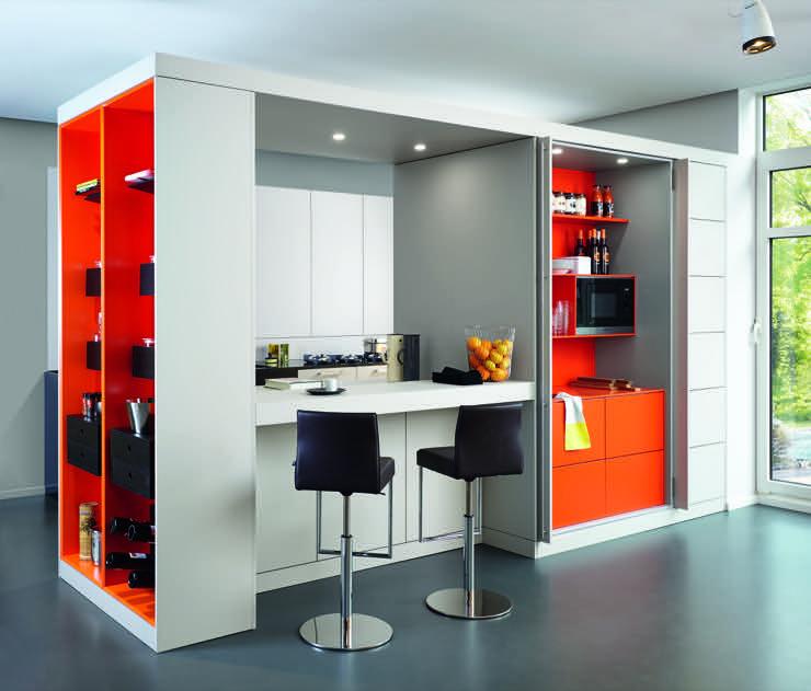 Warendorf Küchenplanung, Küchenblock als Raumteiler in weißem Mattlack, Kontrastfarbe Orange